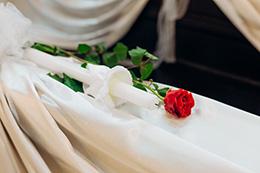 Rose in einer Kirche © Adobe Stock - yuriy
